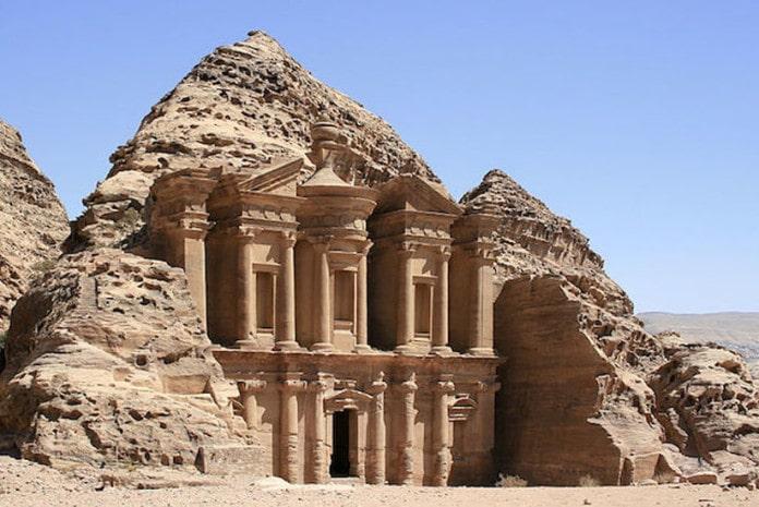 Petra (do grego πέτρα, petra; árabe: البتراء, Al-Bitrā/Al-Batrā) é um importante enclave arqueológico na Jordânia