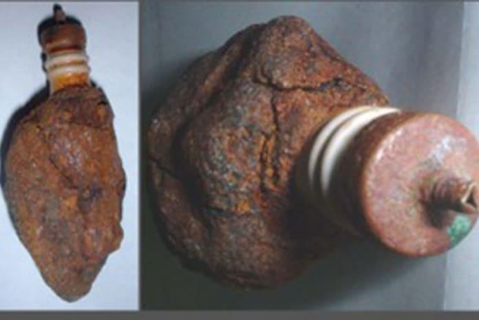 O Artefacto de Coso é aparentemente uma vela de ignição encontrado dentro de um pedaço de argila