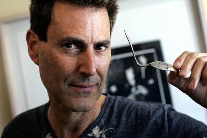 O mágico israelita Uri Geller a dobrar uma colher