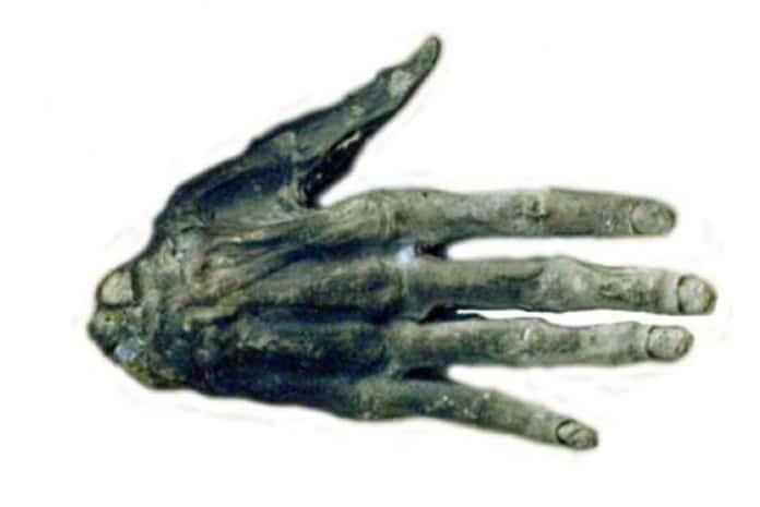 Mão humana petrificada