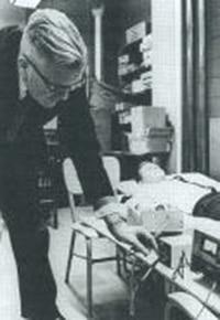 E. Douglas Dean a executar uma das suas experiências