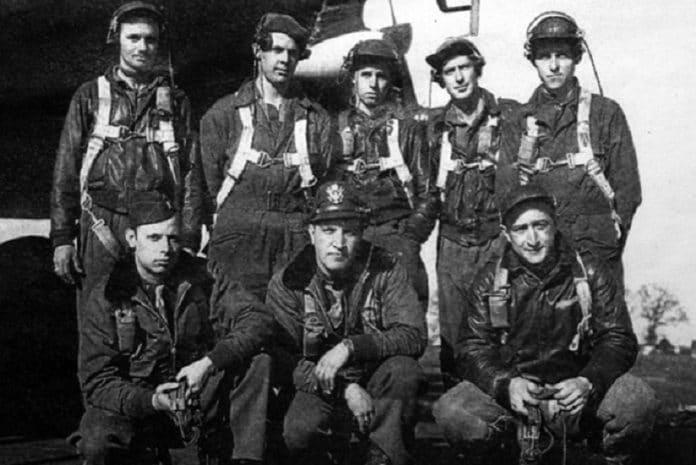 Warren Felty (em baixo, primeiro à direita) e a tripulação do B-17