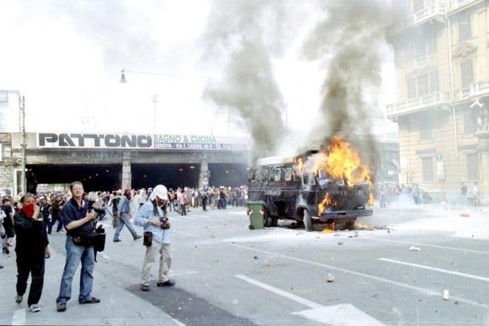 Em Génova em 2001, nos protestos contra a cimeira do G 8, um ativista (Carlo Giuliani) morreu, 93 foram presos e 61 hospitalizados após serem espancados e torturados