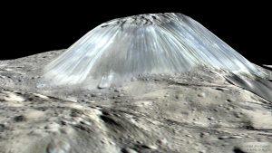 Os cientistas da NASA na Califórnia revelaram imagens da nave espacial Dawn. Uma montanha do tamanho do Mont Blanc numa área relativamente plana. A formação e origem da montanha permanece um mistério.