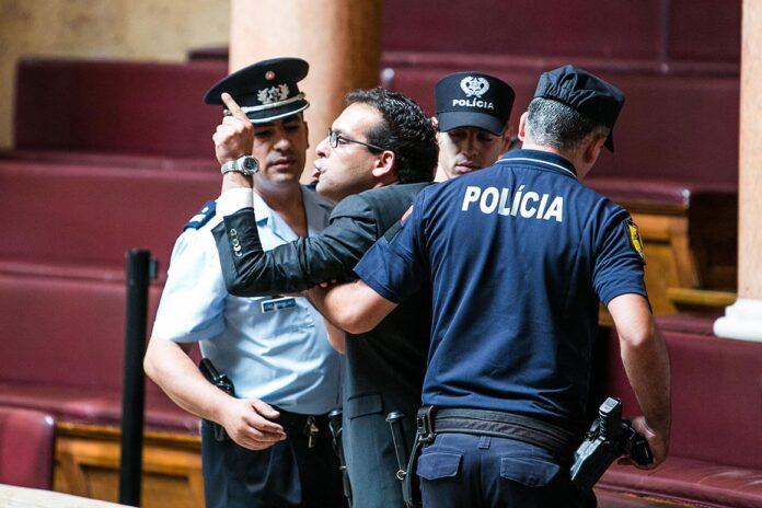 Ivo Margarido encaminhado para fora do parlamento