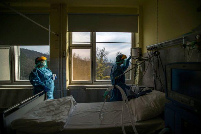 Ventiladores em Cama de Hospital com Ventilador