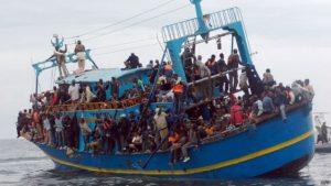 Migrantes atravessam mar mediterrâneo